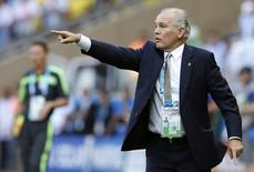 Técnico da seleção argentina, Alejandro Sabella, dá instruções durante jogo com o Irã em Belo Horizonte. 21/06/2014. REUTERS/Sergio Perez