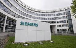 A Siemens logo is pictured on an office building of Siemens AG in Munich May 30, 2014.  REUTERS/Lukas Barth