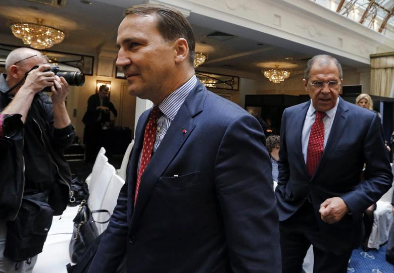 Russian Foreign Minister Sergei Lavrov (R) and his Polish counterpart Radoslaw Sikorski arrive to attend a news conference after their meeting with their German counterpart Frank-Walter Steinmeier in St. Petersburg, June 10, 2014. Sikorski said on Tuesday that Russia could help defuse the crisis in Ukraine by preventing militants and weapons from crossing into eastern Ukraine, where pro-Russian rebels are fighting government forces. REUTERS/Alexander Demianchuk (RUSSIA - Tags: POLITICS)
