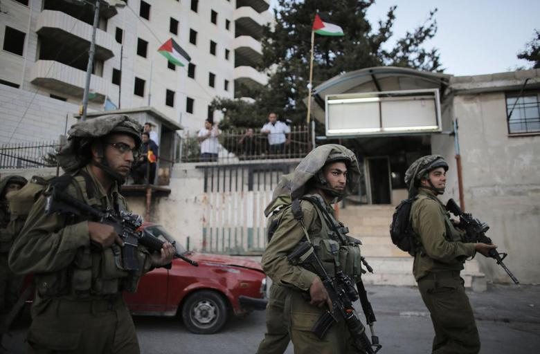 Israeli soldiers take part in an operation to locate three Israeli teens near the West Bank City of Hebron June 21, 2014.  REUTERS/Ammar Awad