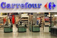 Carrefour, qui a annoncé un accord avec l'espagnol DIA pour lui racheter ses actifs en France pour une valeur d'entreprise de 600 millions d'euros, à suivre lundi à la Bourse de Paris. /Photo d'archives/REUTERS/Charles Platiau