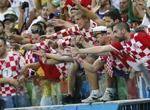 Болельщики сборной Хорватии на матче чемпионата мира против Камеруна в Манаусе 18 июня 2014 года. Сборная Хорватии в ночь на вторник сыграет с Мексикой в матче группы А чемпионата мира по футболу в Бразилии.  REUTERS/Yves Herman