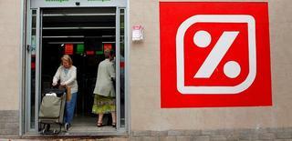 Carrefour a décidé de payer le prix fort (600 millions d'euros) pour reprendre les actifs français de l'espagnol Dia, une opération stratégique qui devrait sensiblement renforcer ses positions en région parisienne et dans le Sud-Est et lui faire gagner des parts de marché. /Photo d'archives/REUTERS