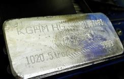 Una barra de plata es fotografiada en la planta de cobre y metales preciosos, KGHM, en Glogow, |10 de mayo de 2013. La minera polaca KGHM, el segundo mayor productor de Europa, dijo que su mina Sierra Gorda de 4.000 millones de dólares en Chile comenzará a operar en junio como fue planeado y que el brazo internacional de la compañía se convertirá en cinco años en la principal fuerza impulsora del grupo. bREUTERS/Peter Andrews