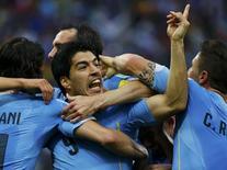 Jogador uruguaio Luis Suárez comemora com os companheiro o primeiro gol marcado durante partida contra Inglaterra pelo Grupo D da Copa do Mundo, na Arena Corinthians, em São Paulo. 19/06/2014. REUTERS/Damir Sagolj
