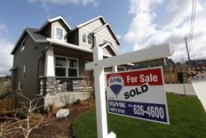Casa a la venta es vista en el noroeste de Portland, 20 de marzo de 2014. La reventa de viviendas en Estados Unidos creció más que lo esperado en mayo y el inventario de casas por vender fue el mayor en más de un año y medio, dos datos que sugieren que el sector está dejando atrás una reciente debilidad. REUTERS/Steve Dipaola