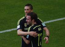 Juan Mata comemora gol da Espanha com Fernando Torres.  REUTERS/Amr Abdallah Dalsh