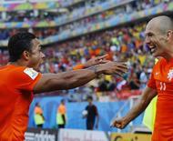 Depay e Robben comemoram gol da Holanda sobre o Chile.  REUTERS/Ivan Alvarado