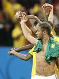 Neymar comemora com time vitória sobre Camarões no estádio Mané Garrincha, Brasília. 23/6/2014. REUTERS/Ueslei Marcelino