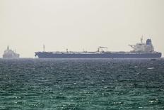 Нефтяной танкер SCF Altai (справа) в порту израильского города Ашкелон 20 июня 2014 года. Цены на нефть снижаются, поскольку Ираку удается поддерживать экспорт нефти на уровне, близком к рекордному, несмотря на наступление суннитских боевиков. REUTERS/Amir Cohen