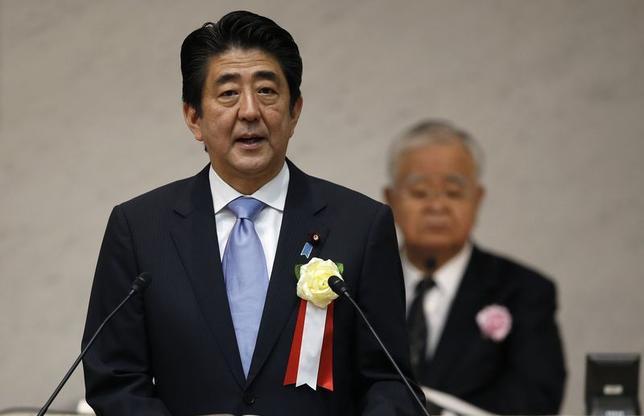 Japan's Prime Minister Shinzo Abe (L) speaks in front of Japan Business Federation (Keidanren)'s former chairman Hiromasa Yonekura during Keidanren's general assembly in Tokyo June 3, 2014. REUTERS/Toru Hanai