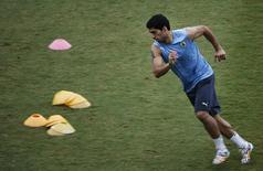 Нападающий сборной Уругвая Луис Суарес на тренировке в Натале 23 июня 2013 года. Сборная Италии сыграет во вторник с Уругваем в матче группы D чемпионата мира по футболу в Натале. REUTERS/Carlos Barria