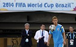 Игрок сборной Японии Кейсуке Хонда на тренировке в Куябе 23 июня 2014 года. Япония в ночь на среду сыграет с Колумбией в матче группы С чемпионата по футболу, проходящего в Бразилии. REUTERS/Eric Gaillard (