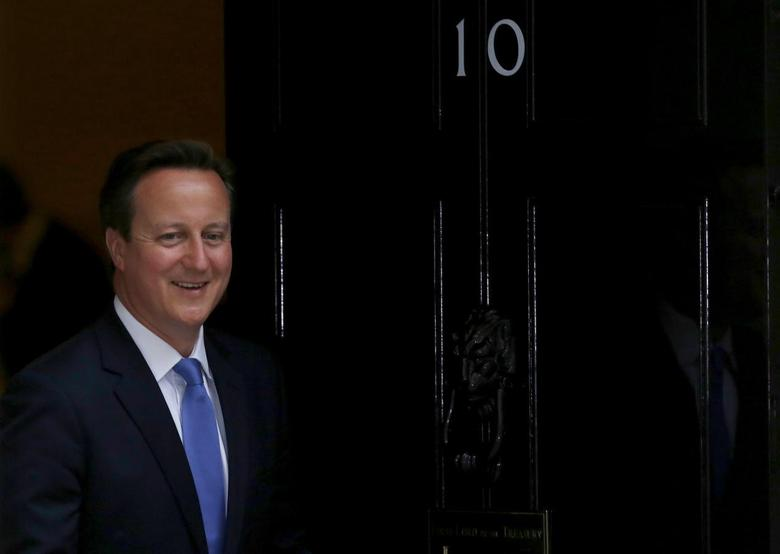 Britain's Prime Minister David Cameron prepares to greet European Council President Herman Van Rompuy at Downing Street in London June 23, 2014.  REUTERS/Luke MacGregor