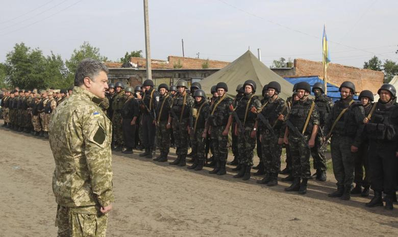 Ukraine's President Petro Poroshenko greets servicemen at the military camp near the town of Svyatogorsk in Eastern Ukraine, June 20, 2014. REUTERS/Mykhailo Markiv/Ukrainian Presidential Press Service/Handout via Reuters