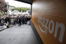 En la imagen, un logotipo de Amazon, 18 de junio de 2014. Amazon.com ha reanudado la venta anticipada de las películas del estudio Warner Bros de Time Warner debido a que las partes están a punto de resolver una disputa por los precios, dijo Wall Street Journal citando fuentes cercanas al asunto. REUTERS/Jason Redmond