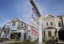 Les ventes de logements neufs ont augmenté beaucoup plus fortement que prévu en mai, à un pic de six ans, un nouvel indicateur venant confirmer que le marché de l'immobilier résidentiel commence à repartir après un récent coup de frein. /Photo prise le 27 mars 2014/REUTERS/Larry Downing