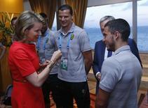 Rainha Mathilde da Bélgica congratula os jogadores da seleção belga pela vitória sobre a Rússia na partida pelo Grupo C da Copa do Mundo, disputada no Maracanã.  REUTERS/Yves Herman