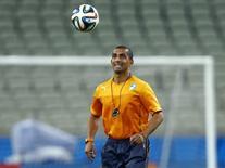 Técnico da seleção da Costa do Marfim, Sabri Lamouchi, chuta uma bola durante treino em Fortaleza. 23/06/2014. REUTERS/Mike Blake
