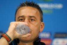 Técnico de Portugal, Paulo Bento, bebe água durante entrevista coletiva em Manaus. 21/06/2014. REUTERS/Andres Stapff