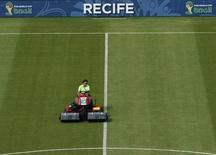 Trabalhador prepara gramado na Arena Pernambuco, em Recife. 25/6/2014       REUTERS/Ruben Sprich