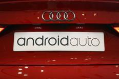 Табличка Android Auto на автомобиле на конференции Google в Сан-Франциско 25 июня 2014 года. Операционная система Android от американской Google Inc выходит за рамки мобильных телефонов и планшетов - компания планирует оснащать своим программным обеспечением автомобили, телеприставки и наручные часы, пытаясь опередить конкурентов, в том числе Apple, на объемном и перспективном рынке подключаемых к интернету устройств. REUTERS/Elijah Nouvelage