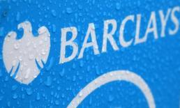 Gotas de lluvia sobre el logo de Barclays en Londres, 8 de mayo de 2014.  Las bolsas europeas subían en las primeras operaciones del jueves, rebotando tras la toma de ganancias de la sesión previa siguiendo la tendencia marcada por Wall Street, mientras que Barclays bajaba después de que el fiscal general de Nueva York presentó una demanda contra el banco. REUTERS/Stefan Wermuth