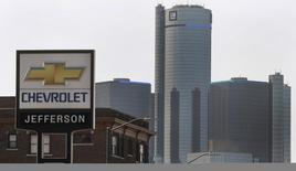 General Motors est à suivre sur les marchés américains. Le constructeur annonce mercredi avoir demandé à l'ensemble de ses concessionnaires en Amérique du Nord de suspendre la vente des Chevrolet Cruze, neuves et d'occasion, fabriquées en 2013 et 2014 en raison d'un risque potentiel lié aux airbags. /Photo prise le 2 avril 2014/REUTERS/Rebecca Cook