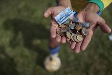 Заработок уличного артиста в Бразилиа 6 июня 2014 года. REUTERS / Ueslei Marcelino