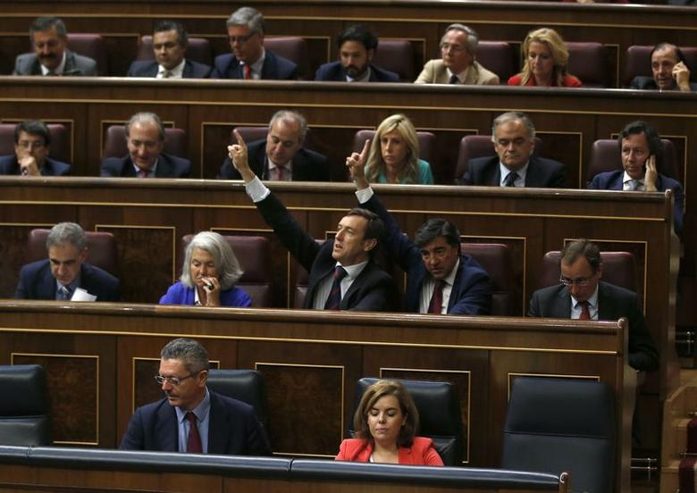 Spanish congressmen vote on a bill that will give King Juan Carlos and Queen Sofia immunity from prosecution at Spanish parliament in Madrid June 26, 2014. REUTERS/Andrea Comas