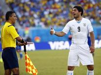 Luis Suárez, da seleção do Uruguai, discute com bandeirinha durante jogo contra a Itália em Natal. 24/06/2014. REUTERS/Tony Gentile