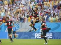 Jogador alemão Thomas Mueller dá um pulo para celebrar gol contra os Estados Unidos, na Arena Pernambuco, em Recife. 26/6/2014 REUTERS/Laszlo Balogh