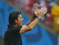 Técnico da Alemanha, Joachim Loew, gesticula com sua equipe durante vitória sobre os Estados Unidos em Recife. 26/06/2014. REUTERS/Laszlo Balogh