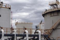 Нефтехранилища на НПЗ Mobil Oil в Мельбурне 8 марта 2011 года. Нефть Brent держится выше $113 за баррель в пятницу но, вероятно, завершит эту неделю максимальным недельным спадом с марта, так как инвесторы сворачивают позиции на фоне смягчения опасений по поводу экспорта из Ирака.  REUTERS/Mick Tsikas
