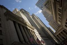 La Bourse de New York a débuté en léger repli vendredi, les doutes suscités par l'évolution de la conjoncture économique aux Etats-Unis continuant de peser sur la tendance. Quelques minutes après le début des échanges, le Dow Jones perd 0,05%, le S&P-500 recule de 0,09% et le Nasdaq est pratiquement inchangé. /Photo prise le 2 mai 2014/REUTERS/Brendan McDermid