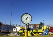 Датчик давления на газовой станции в Исакче, Румыния 7 января 2009 года. Газпром, в очередной раз предупредивший в пятницу о росте угрозы несанкционированного отбора газа Украиной, пригрозил ограничить поставки тем европейским клиентам, которые помогут Киеву получить российское топливо в рамках реверсных схем, заявил глава Газпрома Алексей Миллер в пятницу. REUTERS/Bogdan Cristel