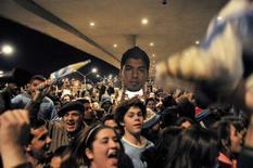 Torcedores do Uruguai se juntam para expressar apoio ao jogador Luis Suárez, enquanto aguardam sua chegada a Montedivéu. 26/6/2014 REUTERS/Carlos Pazos