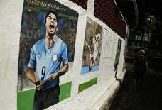 Pintura retratando o atacante uruguaio Luis Suárez na praia de Copacabana, Rio de Janeiro. 27/6/2014 REUTERS/Pilar Olivares
