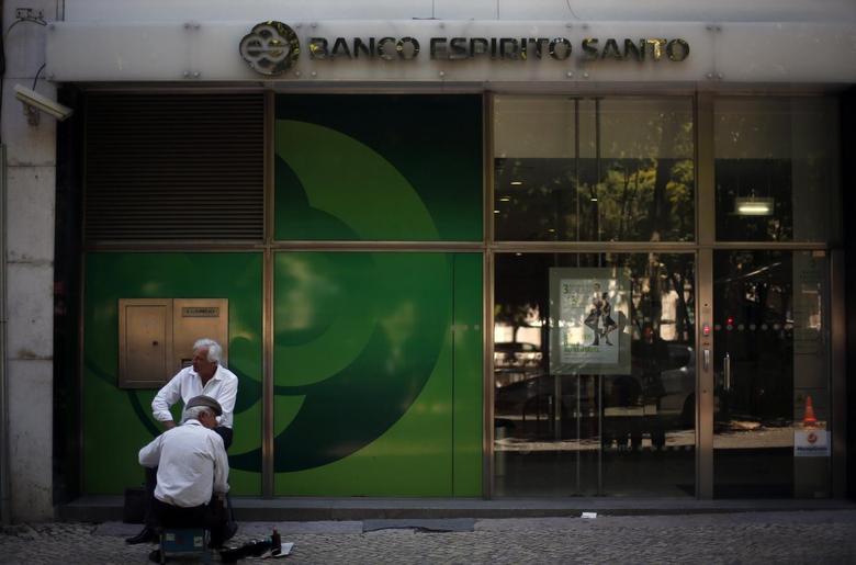 A man has his shoes shined near an office of Portuguese bank Banco Espirito Santo in Lisbon June 20, 2014.   REUTERS/Rafael Marchante