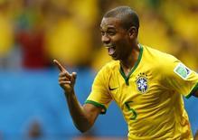 Fernandinho comemora gol marcado contra Camarões. 23/06/2014   REUTERS/Dominic Ebenbichler