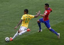 Luiz Gustavo disputa bola com Mauricio Isla (D) em partida contra o Chile no Mineirão. 28/6/2014. REUTERS/Leonhard Foeger