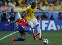 Sánchez e Nerymar lutam pela bola em partida no Mineirão. 28/06/2014  REUTERS/Eric Gaillard