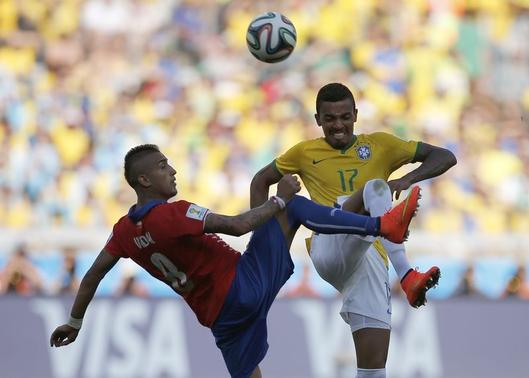 Brazil's Luiz Gustavo fights for the ball with Chile's Arturo Vidal during their 2014 World Cup round of 16 game at the Mineirao stadium in Belo Horizonte June 28, 2014. REUTERS/Sergio Perez