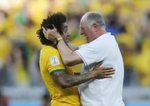 Felipão comemora com Marcelo vitória sobre o Chile no Mineirão. 28/06/2014 REUTERS/Sergio Perez