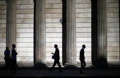 En la imagen, gente camina frente a columnas del edificio del Banco de Inglaterra en Londres.  El Banco de Inglaterra no puede y no debería controlar el alza de los precios de las viviendas en Gran Bretaña, dijo un alto funcionario del banco central en una entrevista que apareció publicada el domingo en la página web del diario Daily Mail. 19 de mayo de 2014. REUTERS/Andrew Winning