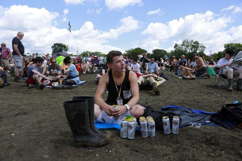 A festival goer waits for the music to begin on the Pyramid stage at Worthy Farm in Somerset, during the Glastonbury Festival June 29, 2014. REUTERS/Cathal McNaughton