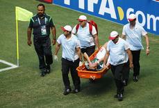 Jogador do México Hector Moreno,  que sofreu lesão em partida contra a Holanda  na Arena Castelão, em Fortaleza. 29/6/2014. REUTERS/Mike Blake