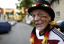 Болельщик сборной Германии после матча против США в Эссене 26 июня 2014 года. Сборные Германии и Алжира в ночь на вторник сыграют в матче 1/8 чемпионата мира в Бразилии. REUTERS/Ina Fassbender