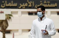 A man wearing a mask walks outside Prince Salman bin Abdulaziz hospital, in Riyadh June 6, 2014.  REUTERS/Faisal Al Nasser