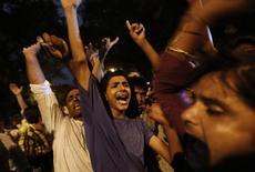 Musulmanes chiítas gritan frases religiosas mientras toman parte de una protesta contra el conflicto en Irak, en Nueva Deli, 18 de junio de 2014.  Fuertes combates en Irak, el segundo mayor productor de crudo de la OPEP, y la crisis en Ucrania han hecho que los analistas eleven en forma significativa sus proyecciones sobre los precios del petróleo en las últimas semanas, mostró un sondeo mensual de Reuters el lunes. REUTERS/Adnan Abidi